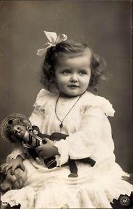 Ak-Kinderportrait-Kleines-Maedchen-im-Spitzenkleid-mit-Puppe-NPG-1626944