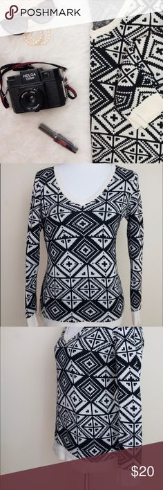 """Banana Republic • Black & White Tribal Sweater This soft, stretchy sweater features the coolest geometric print (such festival vibes, right?) and a slight v-neck. Approximate measurements laying flat: pit to pit 18.5"""", waist 16.5"""", shoulder to hem 25"""". No major flaws. From the retail store; not factory outlet. Banana Republic Sweaters V-Necks"""