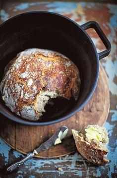 Resepti löytyy artikkelin lopusta erillisestä linkistä. Kannattaa kokeilla vaivatonta, mutta pitkään kohoavaa pataleipää. Löysää taikinaa leiväksi muotoillessa leivonta-alustalle on hyvä laittaa reiluhkosti jauhoja. Taikina taputellaan levymäiseksi jauhotetuin käsin. Leipää kohottaessa on hyvä myös olla jauhoja leivän alla, jotta se on helpompi siirtää pataan. Leipä ei jää hyväkuntoiseen pataan kiinni. Tarkista siis padan kunto ennen leipomispuuhia.