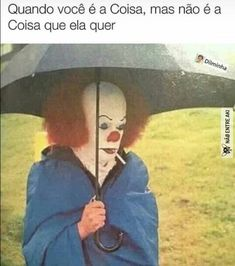"""Tim Curry (as the evil clown 'Pennywise') taking a smoke break in the rain during the filming of Stephen King's """"It"""" Scary Movies, Horror Movies, Horror Pics, Stupid Memes, Funny Memes, Hilarious, Funny Laugh, Memes Humor, Reaction Pictures"""