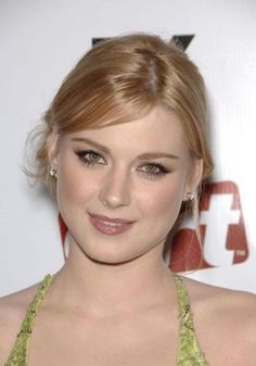 Picture of Alexandra Breckenridge Alexandra Breckenridge, Celebrity Style Inspiration, Jessica Chastain, Poses, Woman Crush, Hairstyles With Bangs, Hollywood Actresses, Pretty Woman, Redheads