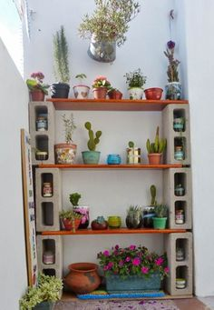 DIY Plant Stand Ideas Before you start thinking about buying more bookshelves for your pots, let me present you to your finest plant-loving buddy; the DIY plant stand. Decoration Cactus, Home Decoration, Narrow Balcony, Hippy Bedroom, Cinder Block Garden, Cinder Blocks, Cinder Block Shelves, Garden Design, House Design