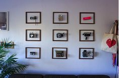 pared decorada con cámaras de fotos