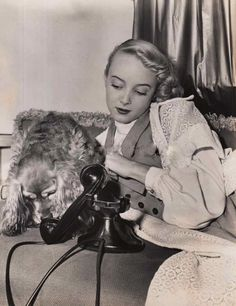 Carolyn Jones and her dog Godfrey who was trained to answer the telephone when Carolyn wasn't home. 1940s Movies, Carolyn Jones, Old Tv, Best Actress, Vintage Hollywood, Classic Beauty, Elvis Presley, Role Models, Celebrities