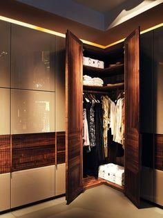 Valore relief ložnicové skříně s inteligentním vnitřním vybavením / closet Closet, Home Decor, Armoire, Decoration Home, Room Decor, Closets, Cupboard, Wardrobes, Home Interior Design
