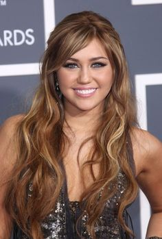 Miley Cyrus shines with long, wavy hairstyle