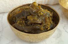 Savon noir, l'exfoliant naturel par excellence  fabriqué à partir d'huile et d'olives noires écrasées qui sont macérées dans du sel et de la potasse appelé potassium olivate. On lui associe parfois du savon à base d'huile de coprah et de potasse (potassium cocoate) et de la glycérine hydratante