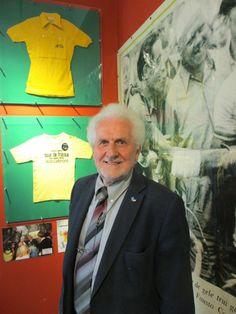 Oud-wielrenner Rini Wagtmans tijdens een rondleiding door de tentoonstelling Ik houd van wielrennen.