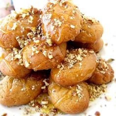 These Greek Honey Cookies are flavored with cinnamon, cloves and orange. Soaked in syrup and drizzled with honey and walnuts. A Traditional Christmas sweet. Greek Cookies, Honey Cookies, Sugar Free Cookies, Walnut Cookies, Bar Cookies, Shortbread Cookies, Greek Recipes, Desert Recipes, Greek Meals