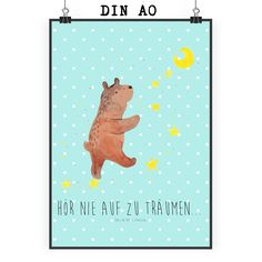 Poster DIN A0 Bär Träume aus Papier 160 Gramm  weiß - Das Original von Mr. & Mrs. Panda.  Jedes wunderschöne Poster aus dem Hause Mr. & Mrs. Panda ist mit Liebe handgezeichnet und entworfen. Wir liefern es sicher und schnell im Format DIN A0 zu dir nach Hause. Das Format ist 841 mm x 1189 mm.    Über unser Motiv Bär Träume  Der Träume Bär ist ein ganz besonders liebevolles und einzigartiges Motiv aus der Beary Times Kollektion von Mr. & Mrs. Panda    Verwendete Materialien  Es handelt sich…