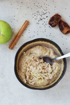 DATES, ALMOND BUTTER, CHIA, etc. - A warm, comforting chia seed porridge that's quick and easy to make. Apples and cinnamon are added to give a delicious apple pie flavour! Vegan Keto, Roh Vegan, Vegan Gluten Free, Vegan Recipes Easy, Raw Food Recipes, Gluten Free Recipes, Raw Breakfast, Breakfast Recipes, Breakfast Bowls