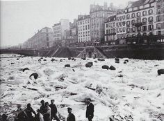 In Paris in engineers had to freeze the Seine river along 64 meters to dig the tunnel for the subway going underneath it. Paris Vintage, Old Paris, Old Pictures, Old Photos, Vintage Photos, Paris France, Cruise Europe, Paris Ville, I Love Paris