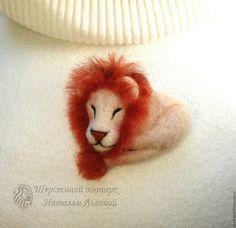 Игрушки животные, ручной работы. Ярмарка Мастеров - ручная работа. Купить Брошь Лёвушка спящий лев валяный из шерсти. Handmade.