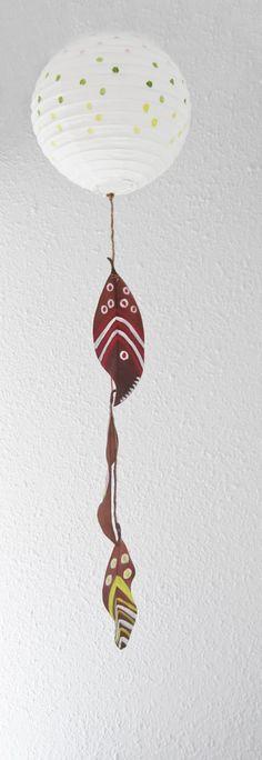 Lampara de papel decorada con mobil de hojas otoñales