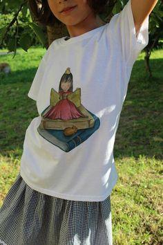 Maglietta da bambina adoro leggere i libri di Mammaocchiacuore. Parte del ricavato verrà devoluto in beneficenza all'associazione Amici della Pediatria dell'ospedale di Bergamo