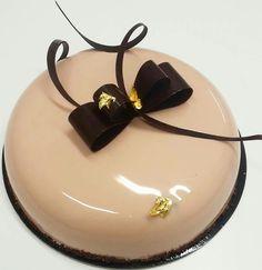 Scopri la copertura a specchio mirror marble cakes per torte e semifreddi, in questo tutorial passo passo. Scegli fra decori minimal o stravaganti. Köstliche Desserts, Delicious Desserts, Beautiful Cakes, Amazing Cakes, Mirror Glaze Cake, Modern Cakes, Cheesecake Cupcakes, Marble Cake, Painted Cakes