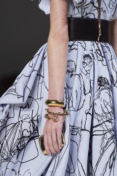 Alexander McQueen Spring 2020 Ready-to-Wear Fashion Show - Vogue Vogue Fashion, Fashion Art, Fashion Show, Fashion Design, Alexander Mcqueen, Vogue Paris, Backstage, Chic Dress, Spring Dresses