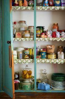 Love the idea of trim on the shelves!