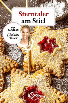 Mit kleinen Naschkatzen und ihrer endlosen Begeisterung für Weihnachten Kekse zu backen, ist das Schönste für Kochbuchautorin Christina Bauer. Im Video zeigt sie wie man süße Sterntaler am Stiel aus einem einfachen Mürbteig bäckt. #sterntalerkekseamstiel #kekse #plätzchen #keksrezepte #plätzchenrezepte #rezept #rezeptideen #weihnachtskekse #weihnachtsplätzchen #keksebacken #plätzchenbacken #weihnachtsbäckerei #servus #servusmagazin #servusinstadtundland Holidays, Cookies, Videos, Movie Posters, Baking Cookies, Christmas, Crack Crackers, Holidays Events, Holiday