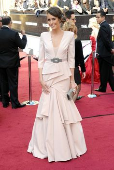 #oscarfashion Don't know who this is, but digging the shell pink and the '40s vibe