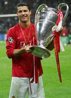 MOSCOW MAY Cristiano Ronaldo of Manchester United poses with the trophy f Cristiano Ronaldo Manchester United, Foto Cristiano Ronaldo, Christano Ronaldo, Cristiano Ronaldo Wallpapers, Cristiano Ronaldo 7, Ronaldo Champions League, Manchester United Champions League, Manchester United Players, Ronaldo Soccer Player