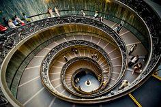 Vatican stairs, escaleras del Vaticano.    These are the stairs that take you down and out through the exit from the Vatican Museums.  Estas son las escaleras para bajar a la salida de los museos del Vaticano.