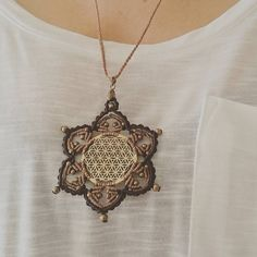 «Mandala de seis puntas en macramé sobre flor de la vida en latón»