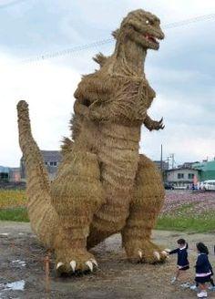 福岡県筑前町に今年の夏に大ヒットした映画シンゴジラの巨大藁案山子がお目見えしていますよ 木材と竹で骨格を作り丁寧に編み上げたわらで体全体を覆ったものです 夜はライトアップもされていますのでぜひ観に行ってみてくださいね 月初旬まで展示されるそうですよ tags[福岡県]