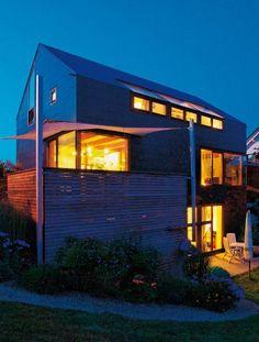 Das Paar hatte genaue Vorstellungen, wie viel Haus die Familie brauchte. Sie bauten am Hang und mit engem Budget - in einem Ort westlich vom Bodensee.