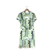 We love the retro floral print on this cool 60s green vintage dress. A cool statement dress, to be worn simply with leather sandals and minimal jewellery. FIT: UK 10 / EU 36-38 / 🌵1960s 🌵Round neck and short sleeves. 🌵Zips up the back. 🌵Matching fabric belt. M E A S U R E M E N T