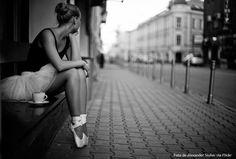"""""""O mais engraçado é que as pessoas chegam apontando seus defeitos sem se importarem com nada. Sem se perguntarem pelo que você já passou, tudo o que foi capaz de suportar calado."""" — Robert Pattinson"""