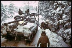Första gången tyskarna gick igenom Ardennerna gick det bra, trots att de motoriserade förbanden endast hade ett fåtal genomfartsvägar och köerna sträckte sig långt. Andra gången, 1944, gick det betydligt sämre. Planen var att återupprepa framgången från 1940, men som bekant var förutsättningarna helt annorlunda och de tyska resurserna var 1944 splittrade på flera fronter.