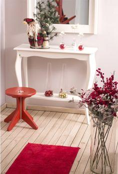 Se você quer dar um clima natalino para o seu hall de entrada, mas não tem móveis nas cores típicas do Natal, aposte em acessórios coloridos. Um tapete vermelho ou verde, por exemplo, vai bem para aquecer o ambiente e deixá-lo mais aconchegante e convidativo