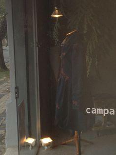 O reflexo de casaco em moletom azul-marinho, pintado à mão, Heroína - Alexandre Linhares, na nossa vitrine de hoje.  Al. Prudente de Moraes, 445 41.32334810