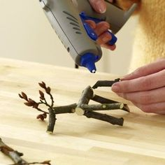 The members of the wooden creatures are tight on the trunk when they are connected to a hot glue gun.