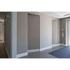 Wnętrze proste, ascetyczne, detale niewidoczne gołym okiem – to przejaw minimalizmu. Ukrycie drzwi stało się możliwe dzięki wkomponowaniu ościeżnicy i zawiasów w mur, a także pokryciu skrzydeł iden…