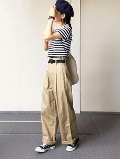 チノパン×ボーダーのベーシックなマリンスタイルにもベレー帽がよく合います。ベルト、時計、靴、帽子の小物を黒でまとめて大人っぽさが漂います。 Indie Fashion, Retro Fashion, Fashion Outfits, Fashion Trends, Modest Fashion, Fashion Pants, Vintage Fashion, Korean Fashion Online, Mode Jeans