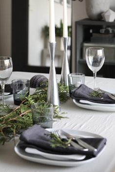 A beautifully decorated table for your Winter dinners Christmas Dining Table, Christmas Table Settings, Christmas Table Decorations, Decoration Table, Grey Wedding Decor, Table Setting Inspiration, Christmas Deco, Christmas Inspiration, Dinner Table