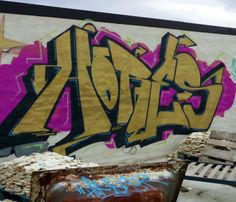 Gold//Wildstyle in the middle of the trash #graffiti