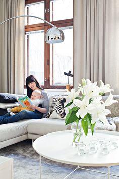Divaanilla on mukava rentoutua. Sisustus-arkkitehti Maarit Hiltusen suunnittelema sohva on tehty mittojen mukaan. Siitä saa sängyn kahdelle hengelle lisäämällä erillisen rahin sohvan jatkoksi.