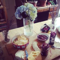 Fresh #flowers are the best! Could afternoon #cheese and #crackers look any prettier?