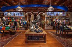 A l'occasion de la fashion week new-yorkaise, la griffe Ralph Lauren multiplie les événements. La marque a ouvert cette semaine sa toute première boutique consacrée à sa ligne Polo et fera également office de café. http://journalduluxe.fr/polo-ralph-lauren-manhattan/