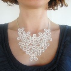 Recycle a lace table runner and make a statement necklace! Come and see my tutorial in English and Italian!
