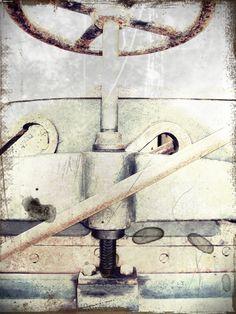 LEIPZIG Guillotina a palanca Karl Krause Leipzig, fabricada hacia 1920 y cedida a la Biblioteca Central de Badajoz por el taller de encuadernación Doblados. (Fotografía realizada en la Biblioteca Central de Badajoz )