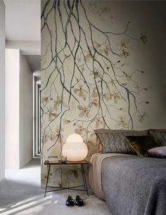 Schöne Schlafzimmer Wandgestaltung - moderner Raum in gedeckten Farben. Der offene Raum ist mit hellgelber Tapete tapeziert die mit großen Magnolienblüten bedruckt ist. #wandgestaltung #schlafzimmer #magnolienblueten #blumentapete #gedecktefarbe #modernwohnen