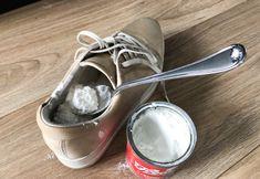 FJERNER TÅFIS: Vi testet blant annet trikset som skal fjerne sur lukt fra sko - helt uten at du trenger å vaske dem. Nederst i artikkelen viser vi deg hvordan det gjøres, og avslører resultatet. Foto: Linn Merete Rognø. Vans Classic Slip On, Deodorant, Slippers, Dance Shoes, Sneakers, Dancing Shoes, Tennis, Sneaker, Slipper
