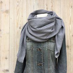 ENNY, die große in XL bringt nicht nur Wärme in den tristen und kalten Herbst/ Winter.. ENNY ist ein MUSS für alle die es kuschelig weich mögen. Wunderbar weicher Mullstoff in blaugrau in der...