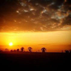 Le soleil nous offre un beau spectacle ce matin en #sudmayenne ! #Mayenne #slowlydays #campagne #instamoment #igerspaysdelaloire #igersfrance #igersmayenne #instamood #jaimelafrance @lesvalleesdelamayenne (à Pommerieux, Pays De La Loire, France)