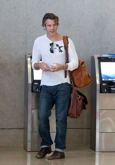 Timothy Olyphant Photos Photos - Timothy Olyphant checks himself into a flight as he prepares to depart at LAX (Los Angeles International Airport).  - Timothy Olyphant at LAX