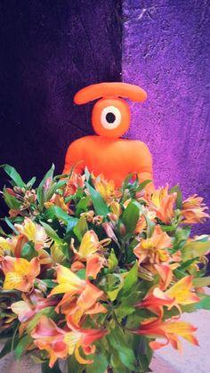 aunque todos los días les pertenecen,     aquí van estas flores a todas las miradas  femeninas que me ven.      !  °)  ______________________  even though every day belongs to the feminine eyes, this flowers are for you.